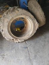 Старая шина 9,00-20 на диске. Перебортировка - перепресовка шин суперэлестик (цельнолитые шины) для погрузчиков и спецтехники: 7.70-20, 8.25-20, 9.00-20